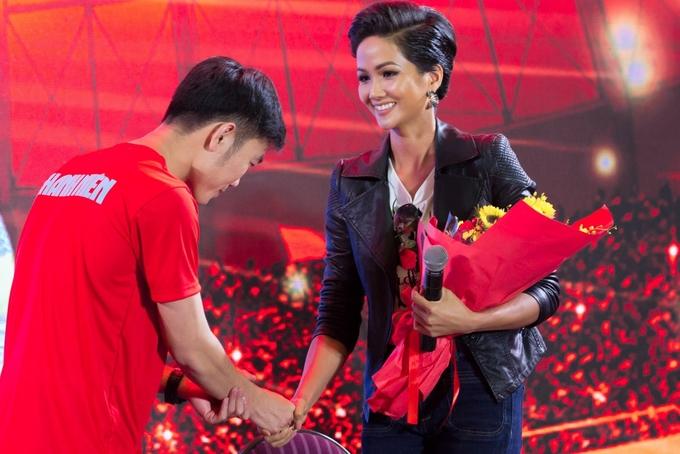 Hoa hậu H'Hen Niê mong có tình yêu sét đánh với cầu thủ Việt Nam - Ảnh 1