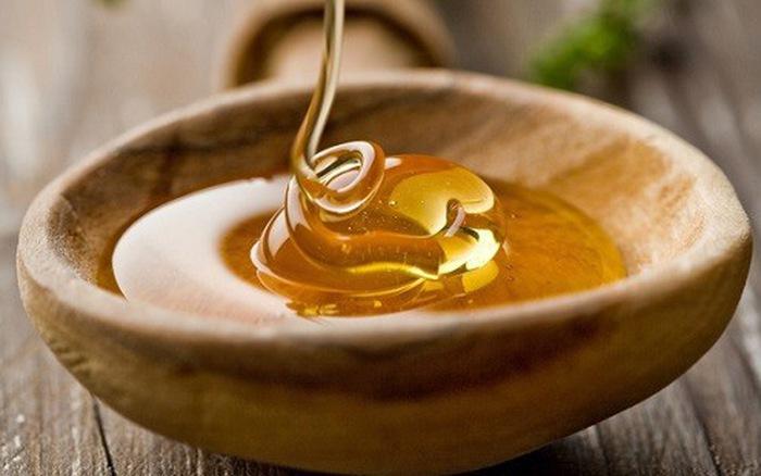 Trong mật ong có nhiều vitamin và khoáng chất giúp nuôi dưỡng và bảo vệ da đầu.