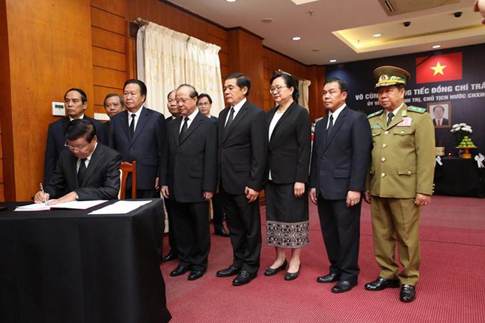 Thủ tướng Thoonglun Sisulith và đoàn đại biểu chính phủ Lào cũng dâng hoa viếng Chủ tịch nước Trần Đại Quang và ghi sổ tang. Ảnh: Hà Trung