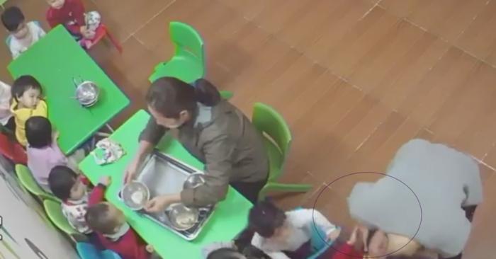 Không chịu ăn trưa, bé gái bị cô giáo mầm non tát tới tấp - Ảnh 1
