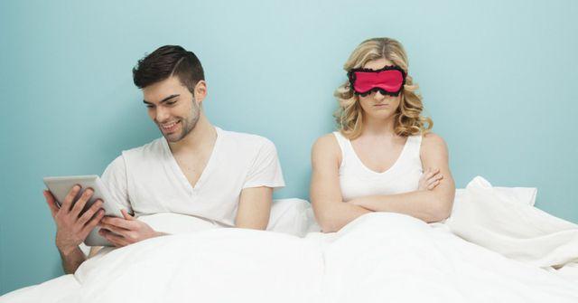 """Mỗi khi bạn cố tình """"bật đèn xanh"""" để khơi gợi """"cuộc yêu"""" nhưng chồng sẽ khéo léo từ chối bằng nhiều lý do"""