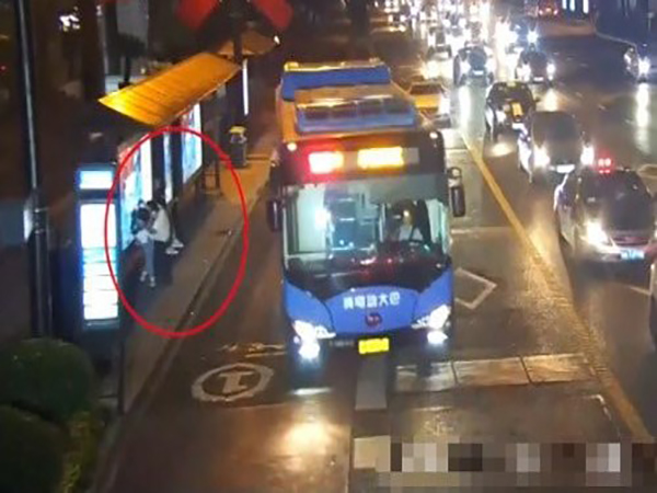 Cô gái trẻ bị gã biến thái cưỡng hôn khi đứng chờ xe buýt