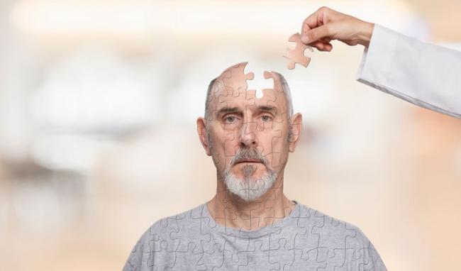 Bệnh Alzheimer thường xuất hiện ở người lớn tuổi và gây ra nhiều bất tiện trong cuộc sống
