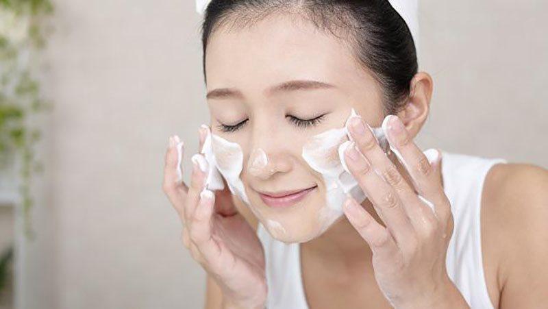 Sau khi ngủ dậy bạn hãy làm sạch da để loại bỏ lớp dầu thừa được tiết qua đêm