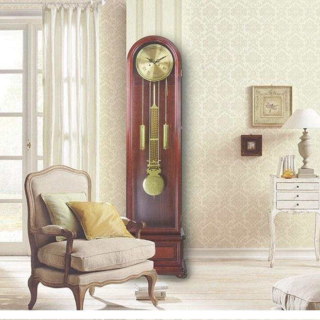 Đồng hồ quả lắc rất hợp với phòng khách.
