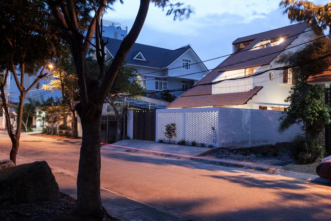 Ngôi nhà nằm tại Phước Kiển, Nhà Bè, TP HCM, là nơi ở của một gia đình ba thế hệ, được xây một trệt, lửng và gác mái, có tổng diện tích sàn 250m2.