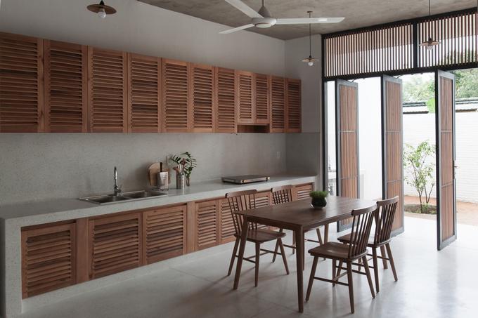 Nội thất trong nhà chủ đạo dùng gỗ thao lao, loại gỗ phổ biến ở miền Tây và phụ cận, có màu sắc đồng điệu với màu gạch ngói.