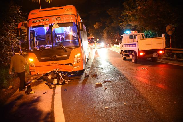 Xe máy đổ đèo Prenn tông thẳng xe khách leo đèo, 1 người chết, 1 nguy kịch - Ảnh 1