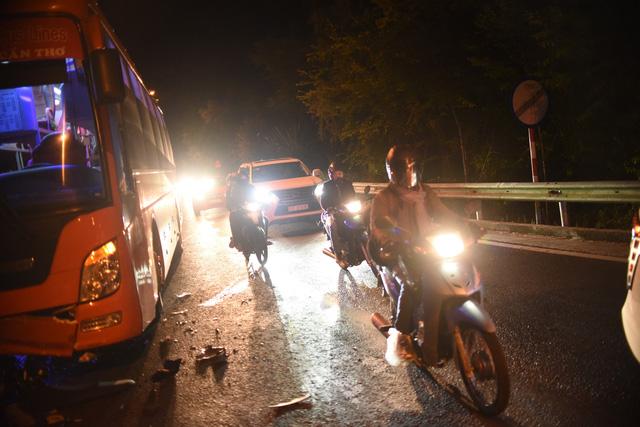 Xe máy đổ đèo Prenn tông thẳng xe khách leo đèo, 1 người chết, 1 nguy kịch - Ảnh 3