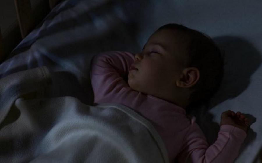 Cảnh báo của bác sĩ từ vụ: Bé mới 2 tuổi đã ngừng cao vì mẹ thường xuyên bật đèn ngủ - Ảnh 1