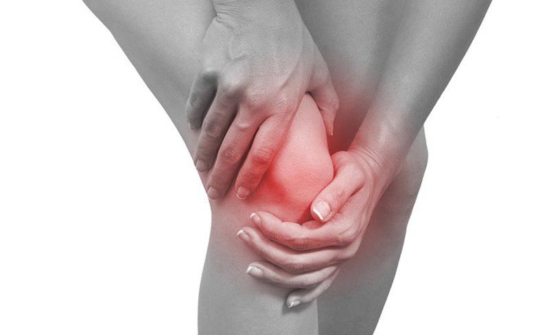 Khi viêm khớp, người bệnh sẽ cảm thấy đau buốt, nóng và khó khăn trong việc đi lại