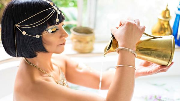 Tắm với sữa tươi và mật ong là phương pháp làm đẹp lâu đời tại Ai Cập.