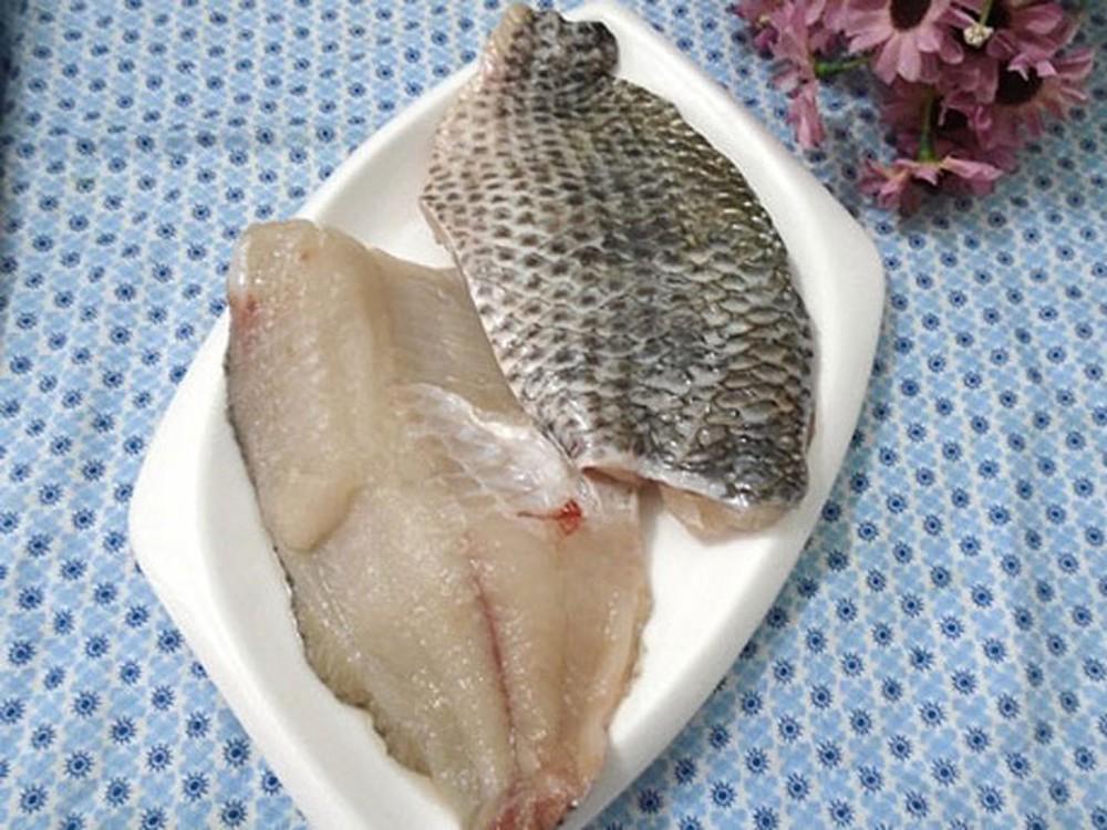 Sau khi bóp với một ít muối cho sạch chất nhớ và mùi tanh, lọc lấy phần thịt cá rồi xắt miếng vừa ăn