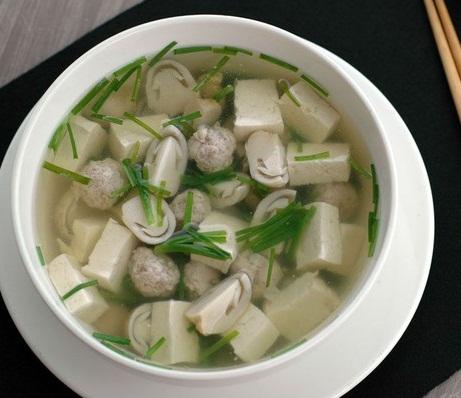 Canh thịt nạc, nấm rơm có tác dụng tư âm nhuận táo, kiện vị bổ tỳ, tốt cho người bệnh viêm gan mạn tính
