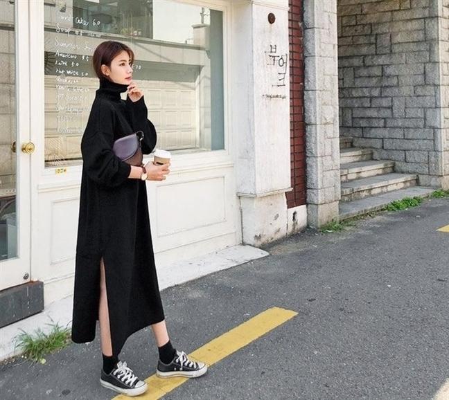Một chiếc váy len gam trung tính kết hợp cùng giày sneaker sẽ mang lại nét duyên dáng và điệu đà cho chị em. Tuy nhiên món đồ này hợp với những cô nàng mảnh khảnh hơn, nếu bạn mũm mĩm thì nên bỏ qua chúng.