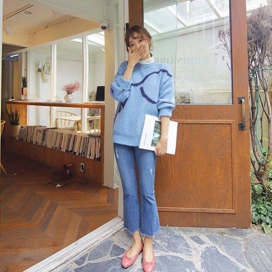 Những chiếc áo len oversize sẽ là lựa chọn hoàn hảo cho những ngày se lạnh. Bạn có thể phối cùng áo sơ mi bên trong, quần jeans và giày bệt dễ thương xuống phố đón gió đầu đông.