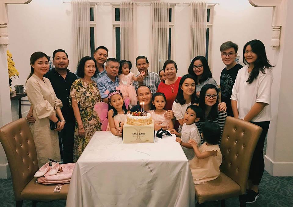 Gia đình cũng tham gia buổi tiệc sinh nhật của con gái Phạm Quỳnh Anh. Ảnh: FBNV