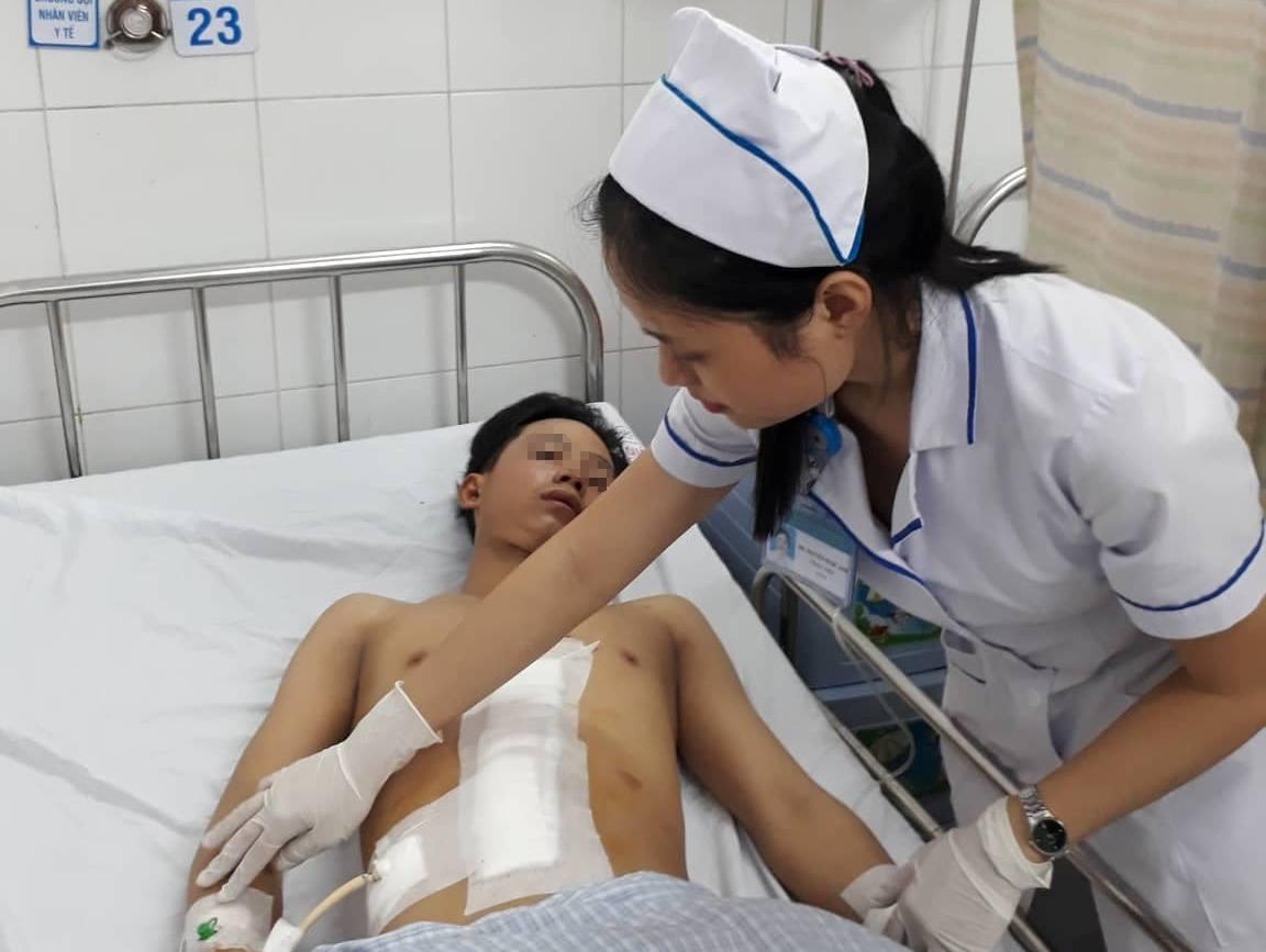 Thanh niên 18 tuổi bị vỡ, đứt rời lá gan sau tai nạn giao thông - Ảnh 1