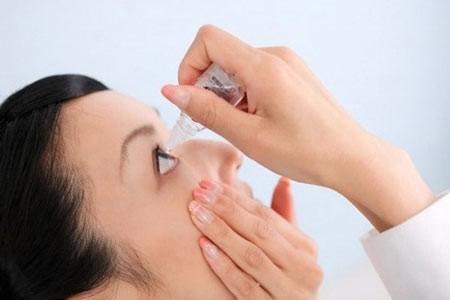 Sử dụng thuốc nhỏ mắt mà không có chỉ định của bác sĩ sẽ ảnh hưởng đến sức khỏe mắt