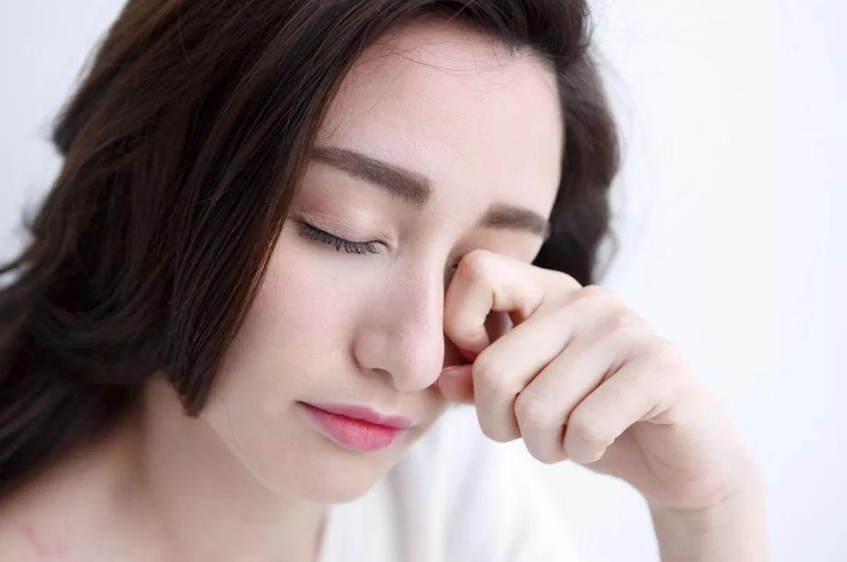 Dụi mắt có thể làm xước hoặc thay đổi hình dạng giác mạc