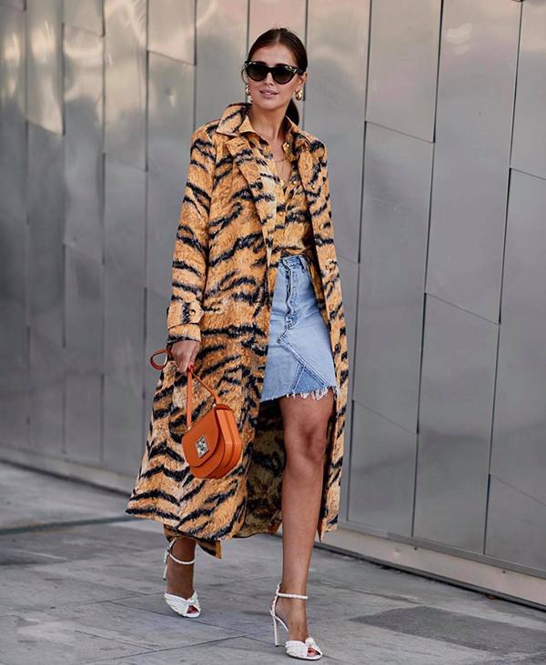 Họa tiết hot trend mùa thu đông 2018 mang tới nét phá cách cho các kiểu áo choàng, váy vạt quấn, quần âu, chân váy midi và sơ mi tiện dụng.