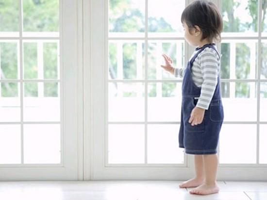 Phòng tránh tai nạn trẻ em nhờ kinh nghiệm sắp xếp phòng ngủ cho bé - Ảnh 1