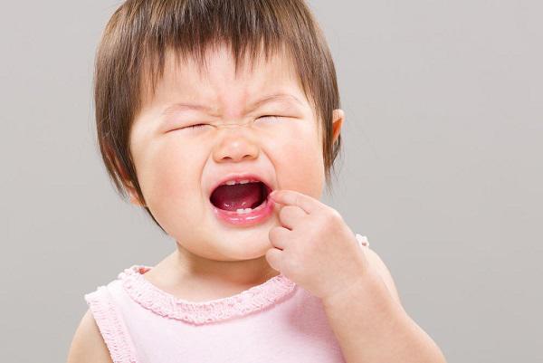 Các mẹ cần đặc biệt quan tâm đến bé yêu trong thời kỳ bé mọc răng. (Ảnh minh họa)