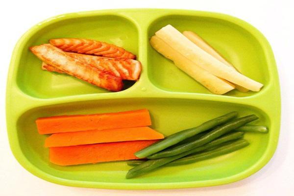 Ngoài các món cháo, súp dạng lỏng dễ nuốt, rau củ luộc cắt dạng thanh dài giúp trẻ dễ cầm nắm và thỏa mãn cơn nghiện nhai cắn khi mọc răng. (Ảnh minh họa)