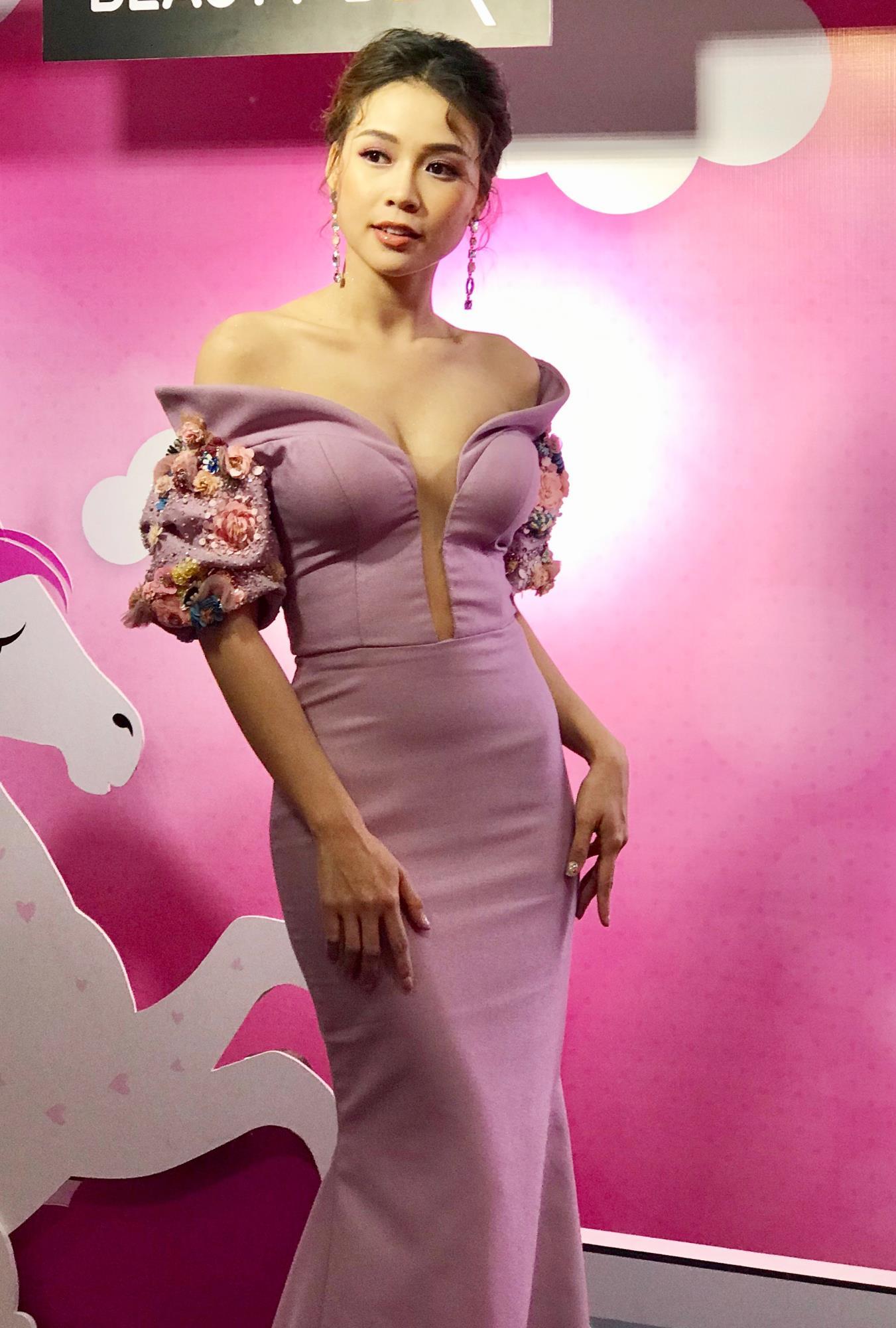 Hot girl Sam diện đầm cúp ngực gợi cảm 'lấn áp' Diễm My, Lilly Nguyễn ở sự kiện - Ảnh 1