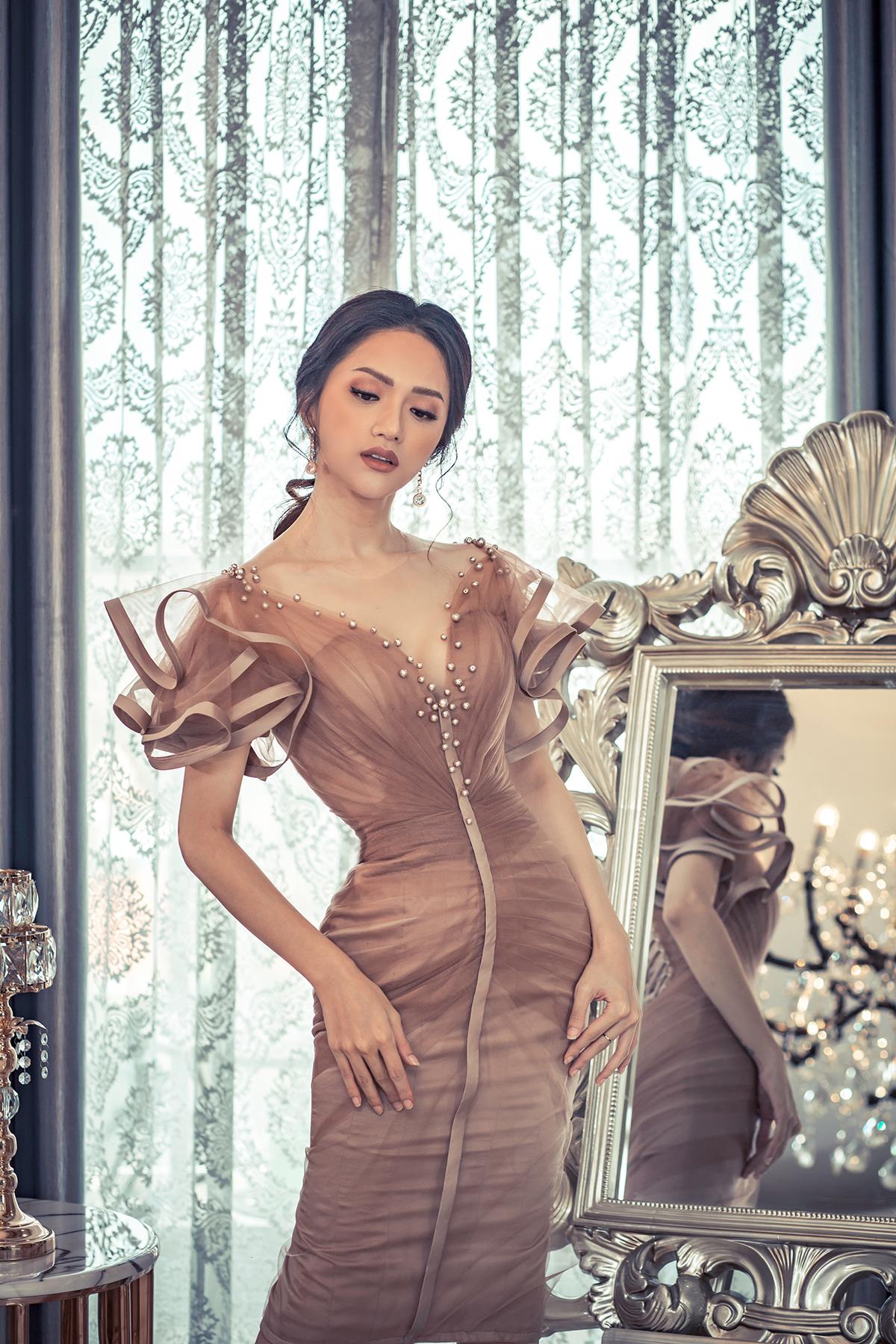 Hoa hậu Hương Giang đẹp xuất thần trong thiết kế ren mỏng tang - Ảnh 1