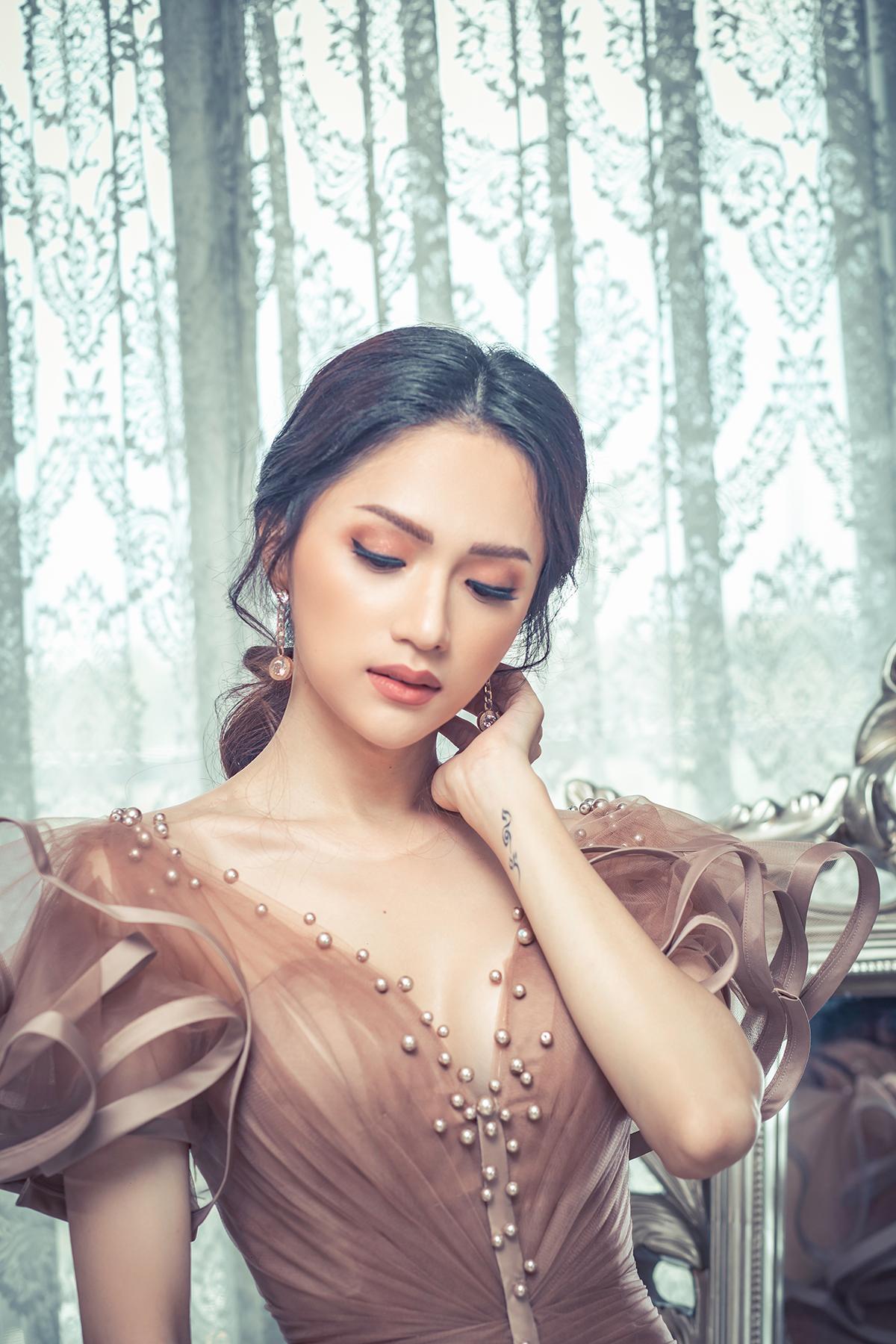 Hoa hậu Hương Giang đẹp xuất thần trong thiết kế ren mỏng tang - Ảnh 2