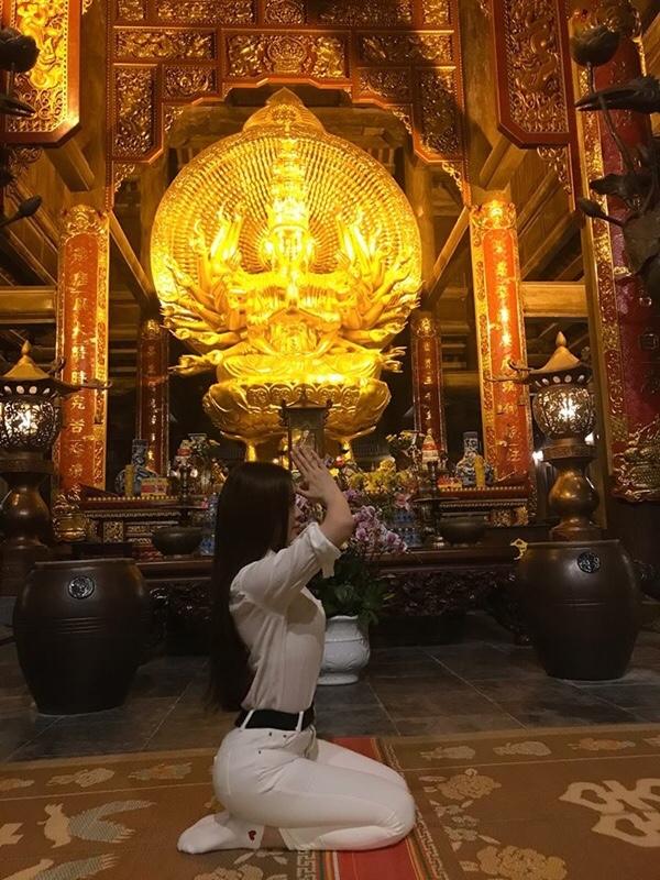 Tái xuất sau ồn ào, Thư Dung khiến dân tình nổi đóa vì tạo dáng như 'gái ngành' chốn linh thiêng - Ảnh 2