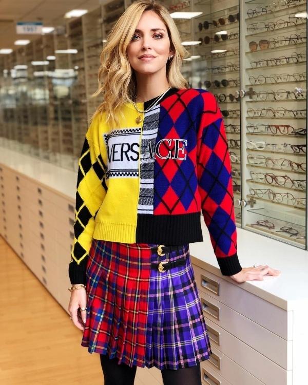 Tiếp tục chứng minh đẳng cấp thời trang của mình, cô lựa chọn trưng diện cả cây hàng hiệu gồm áo sweater phối với chân váy xếp li tiệp màu.