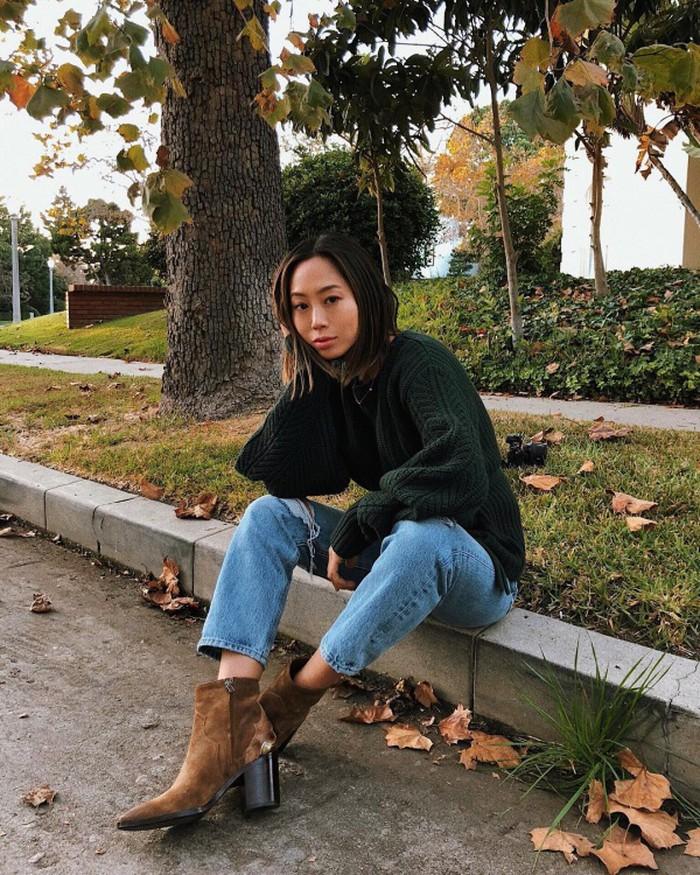Với Aimee Song, cô chỉ đơn giản là yêu thích những bộ cánh đơn giản nhưng vẫn đảm bảo tính thoải mái tiện đụng và hợp mốt. Điều này đã thể hiện qua set đồ mới nhất của fashionista gốc Hàn khi cô phối áo len vặn thừng màu xanh rêu cùng quần jean và boots đế thô.