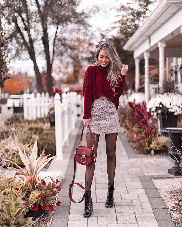 Kerina Wang khoe triệt để đôi chân thon dài thẳng tắp khi ghép cặp chân váy ngắn cùng áo len cao cổ màu đỏ mận dáng ngắn. Túi xách độc đáo và combat boots là bộ đôi phụ kiện giúp cô hoàn thiện set đồ vừa sang chảnh vừa ấm áp này.