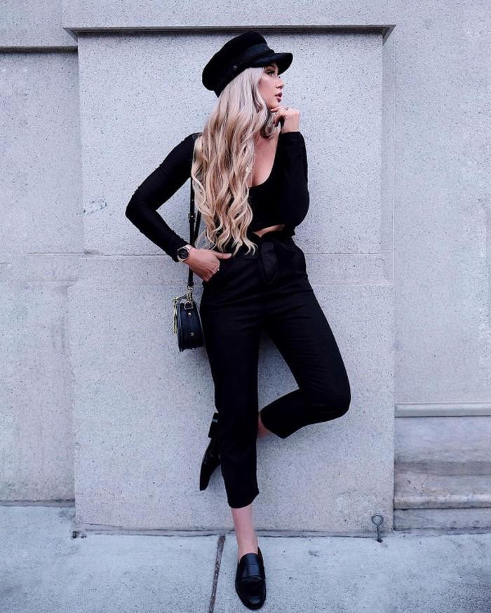 Được biết đến là một trong những fashionista trung thành với các gam màu trung tính, tuần này Stephanie Danielle ưu ái sắc đen thanh lịch. Cô phối áo thun dài tay trễ cổ gợi cảm cùng với quần baggy, không quên nhấn nhá thêm các phụ kiện cùng tông như mũ baker boy, túi xách và giày loafer.