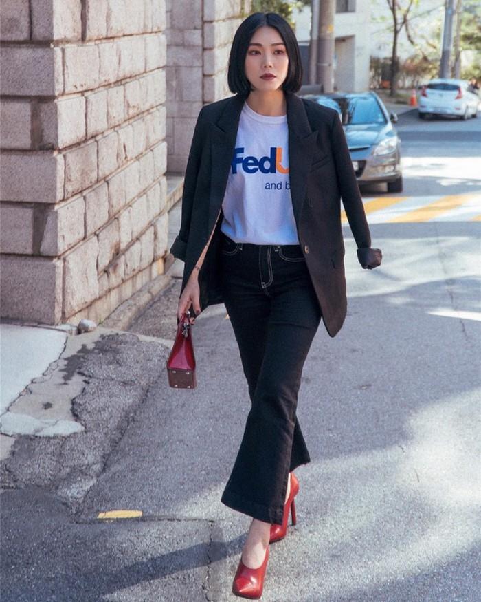 Magic Yang mang tới hình ảnh một quý cô thanh lịch khi diện trang phục đậm chất công sở. Fashionista xứ Trung kết hợp áo thun trắng cùng quần jean và blazer tối màu khoác ngoài.