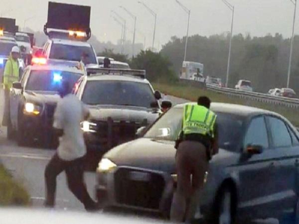 Đang kiểm tra hiện trường tai nạn, cảnh sát bị ô tô đâm văng - Ảnh 1