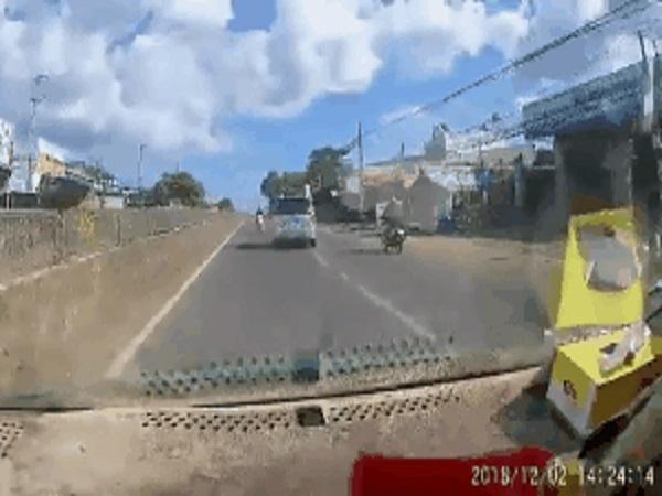 Nam thanh niên suýt mất mạng vì chạy xe máy tốc độ cao trên đường... ngược chiều - Ảnh 1