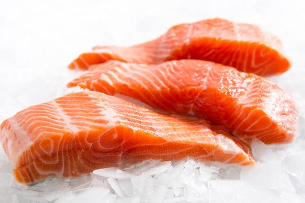 Cá hồi  Cá hồi là loại thực phẩm chứa ít chất béo, calories nhưng lại chứa nhiều protein, phốt pho, magie và các vitamin có lợi cho sức khỏe.