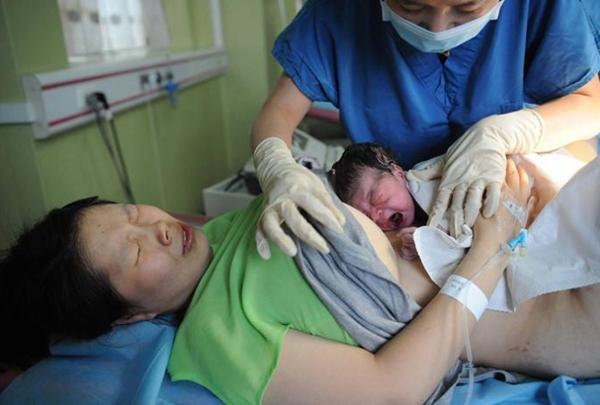 """Đang """"khâu vá"""" sau sinh, bác sĩ giật mình bởi tiếng hét của sản phụ: """"Xin đừng khâu vội!"""" - Ảnh 1"""