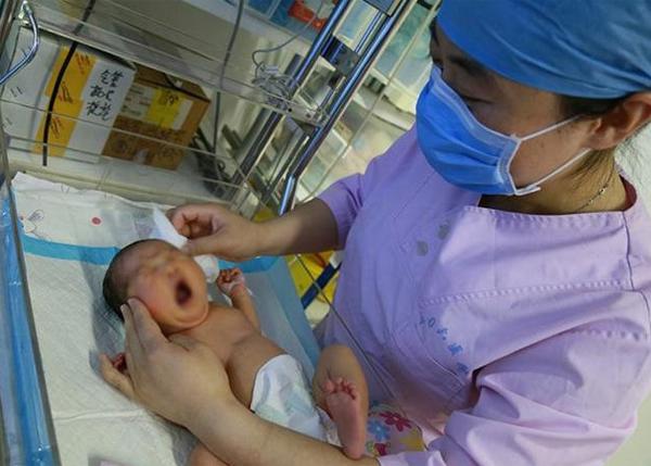 """Đang """"khâu vá"""" sau sinh, bác sĩ giật mình bởi tiếng hét của sản phụ: """"Xin đừng khâu vội!"""" - Ảnh 2"""