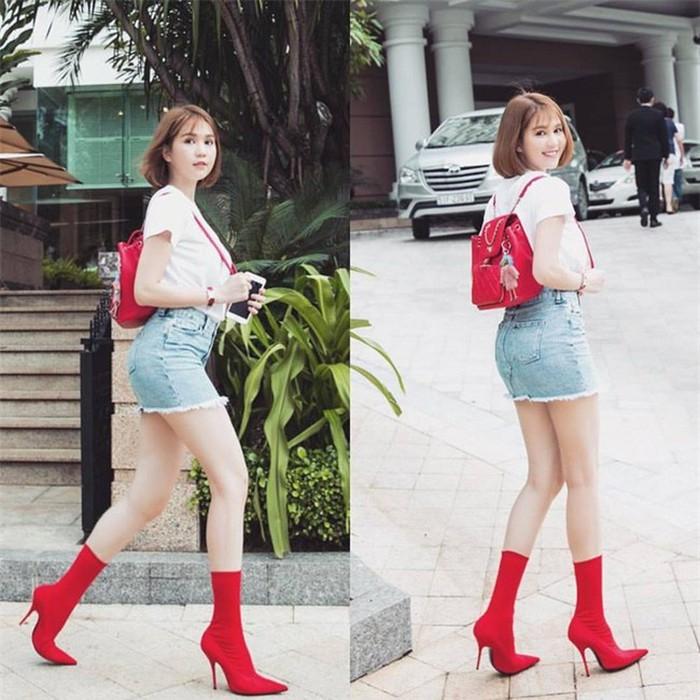 Khi đôi boots đỏ chẳng thể ăn nhập nổi với set đồ áo phông và váy jeans denim của Ngọc Trinh . Dù cô đã cố vớt vát diện thêm balo Chanel cùng tông màu nhưng xét một cách tổng thể vẫn kém tinh tế hẳn.