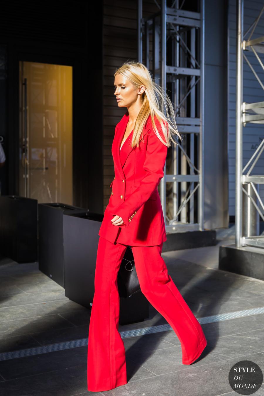 Sắc đỏ làm bộ suit hằng ngày trở nên ấn tượng hơn.