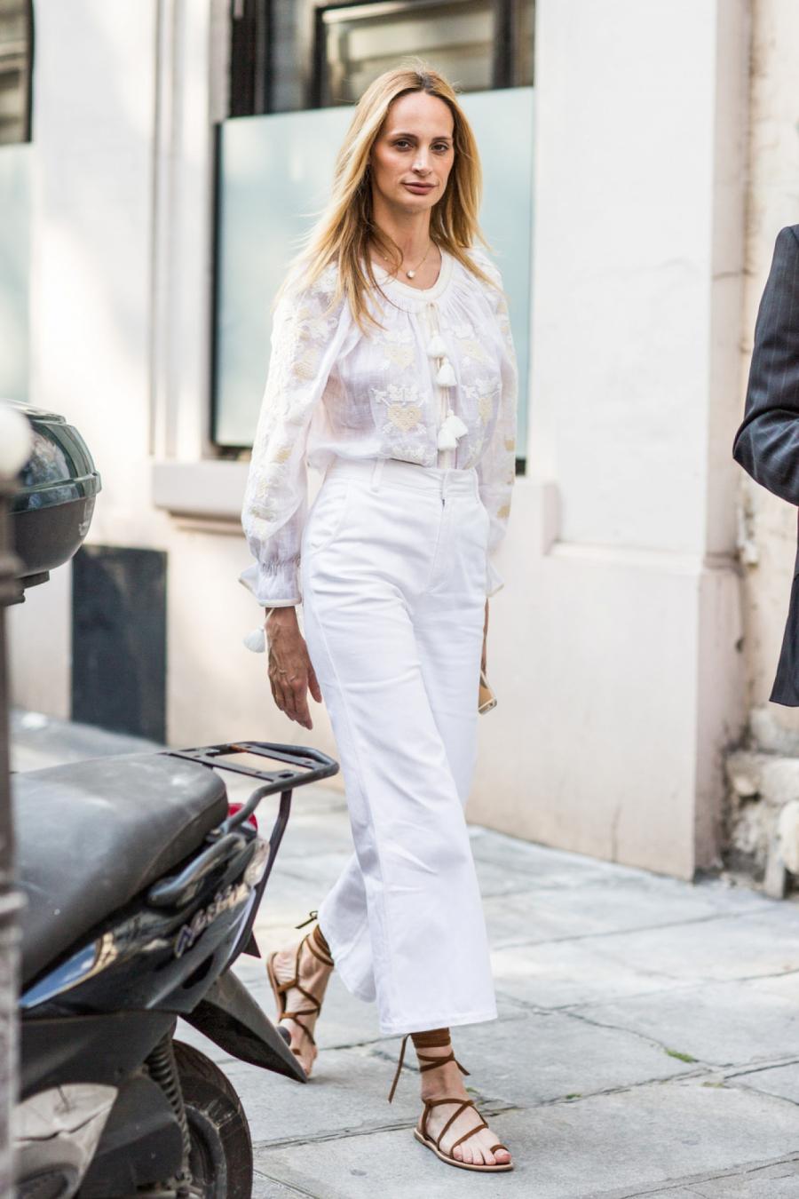 Có vẻ sẽ thiếu sót nếu không nhắc đến gam màu trắng, tông màu được các tín đồ thời trang yêu thích và lựa chọn để mặc trang phục đơn sắc.