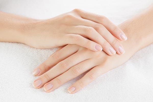 Nếu quý cô nào sở hữu phần cổ tay dày mềm, nhuận hồng và ngón tay dài thì là người có phúc khí và vượng phu ích tử