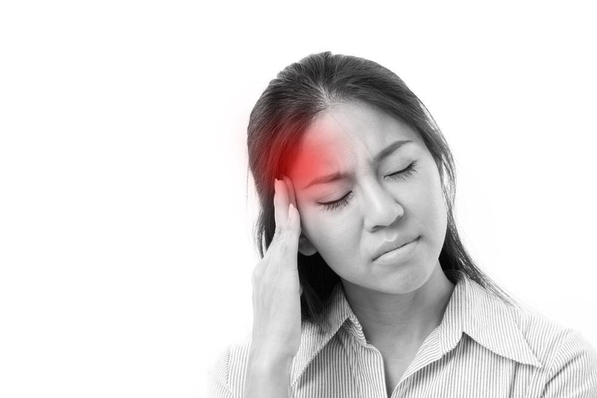 Đau nửa đầu là một trong những triệu chứng thường gặp, đặc biệt ở phụ nữ