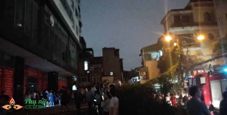 Hà Nội: Nổ trạm biến áp ở tầng hầm chung cư, người dân hoảng loạn hò nhau tháo chạy - Ảnh 3