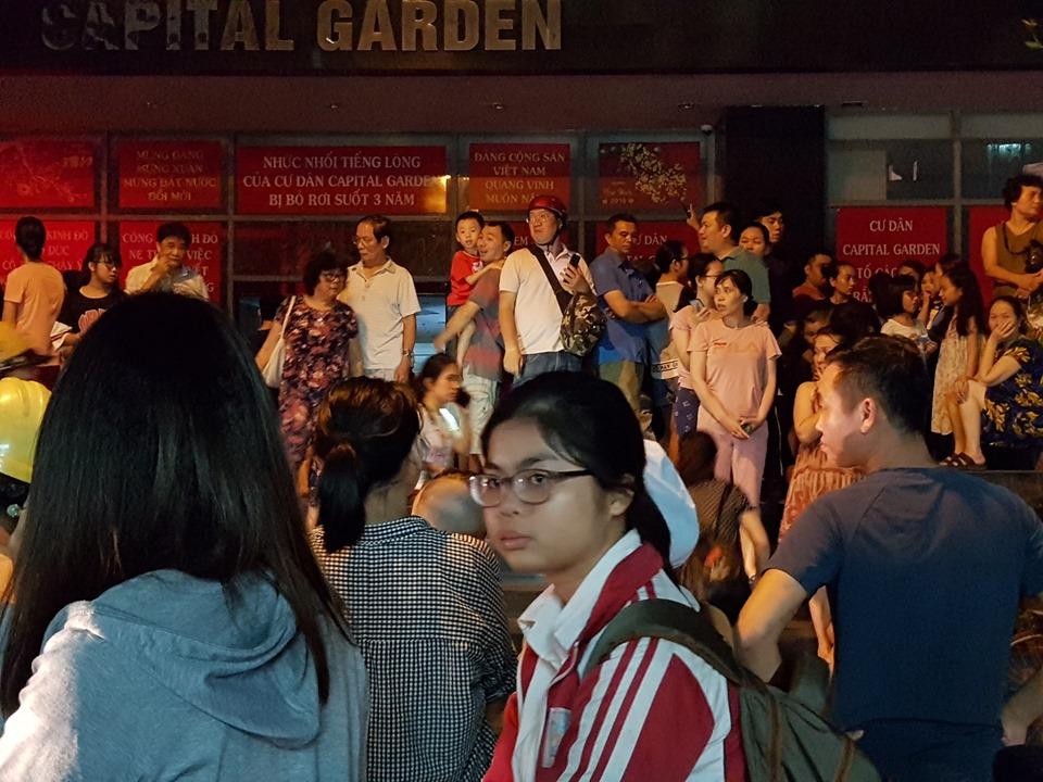 Hà Nội: Nổ trạm biến áp ở tầng hầm chung cư, người dân hoảng loạn hò nhau tháo chạy - Ảnh 5