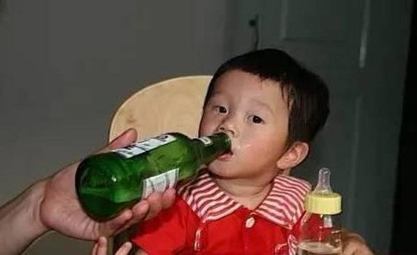 Sức khỏe trẻ em sẽ ra sao nếu 'uống thử' vài ngụm rượu bia? - Ảnh 2